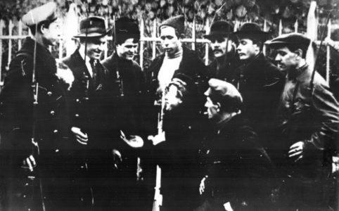 Рабочие-красногвардейцы Путиловского завода на охране Смольного. Ноябрь 1917 г.