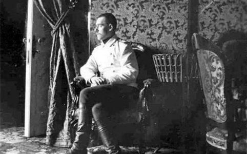 Великий князь Михаил Александрович в одной из комнат Гатчинского дворца. Фото 1900-1910-х гг.