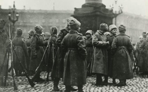 Женский батальон на Дворцовой площади в Петрограде. Октябрь 1917 г.